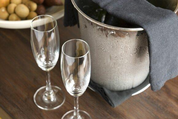 Putojantis vynas ir jo patiekimo etiketas: ar tikrai jį reikia iššauti su trenksmu?
