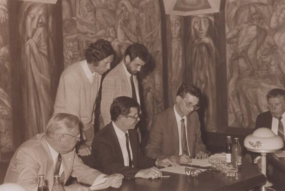 1992 VLIK'o paramos Institutui  rengimas ir pasirašymas. Tekstą redaguoja Z. Namavičius