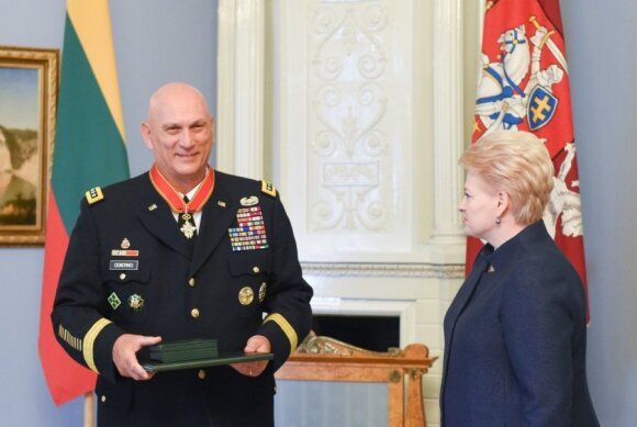 General Raymond T. Odierno receives decorations from Lithuanian President Dalia Grybauskaitė. Photo R.Dačkus
