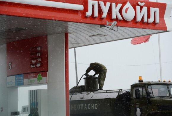 Pandemija ir naftos karas Kremliui smogė dvigubai: išlaidas jau karpo milijardais