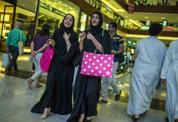 Viliodama turistus, Saudo Arabija atsisako aprangos kodo užsienietėms