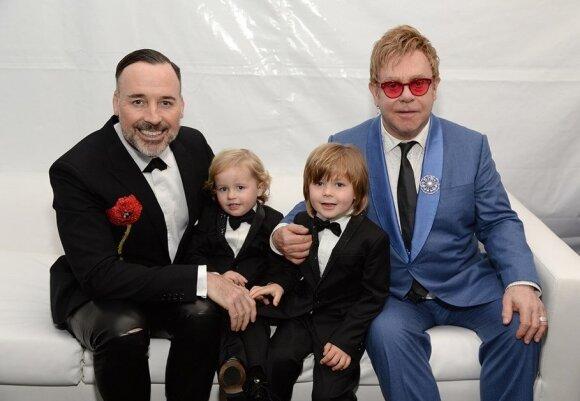 Eltonas Johnas su šeima