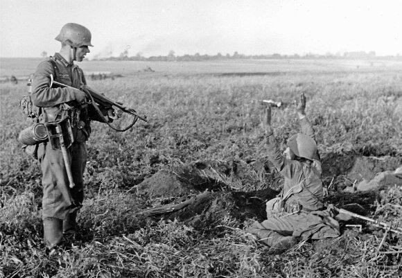 Vermachto karys ir apkase užkluptas raudonarmietis.)