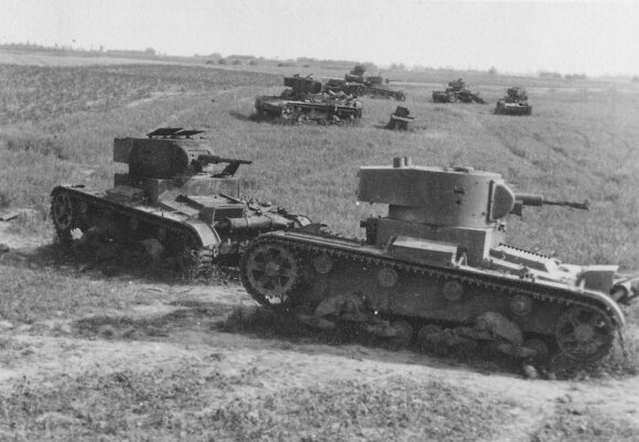 Pamušti sovietų tankai T–26.