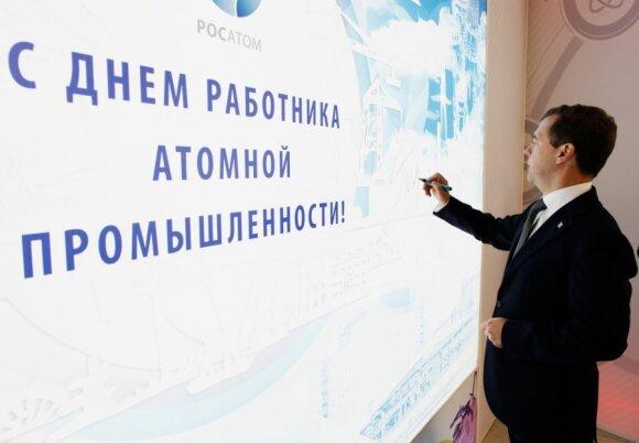 Dmitrijus Medvedevas prie Rosatom stendo