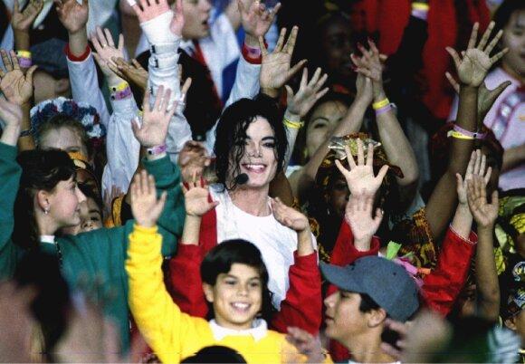 Michaelas Jacksonas apsuptas jaunųjų gerbėjų, 1993 m.
