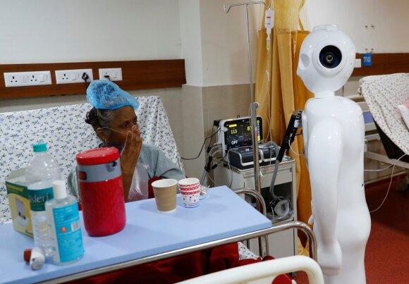 Indijoje kovoti su koronavirusu padeda robotai