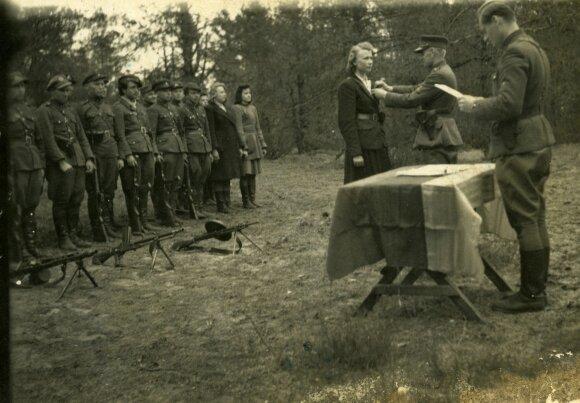 Dainavos apygardos Kazimieraičio rinktinės partizanų apdovanojimo iškilmės. Įsakymą skaito Lionginas Baliukevičius-Dzūkas; Sofijai Budėnaitei-Ramunei apdovanojimą sega Adolfas Ramanauskas-Vanagas. 1948 m.