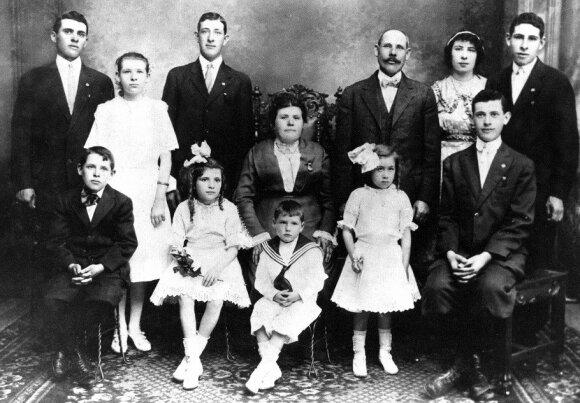 Karnovskių šeima. Pirmoje eilėje iš kairės į dešinę: Dovydas, Sara, Samuelis (Nikas), Eva, Hymanas. Antroje eilėje: Morisas, Lily, Haris Mejeris, mama Tilė, tėvas Luisas, Gasė, Alekas