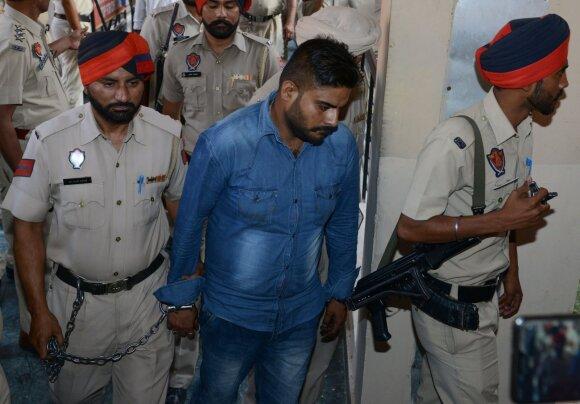 Policija išveda nuteistąjį Deepaką Khajurią