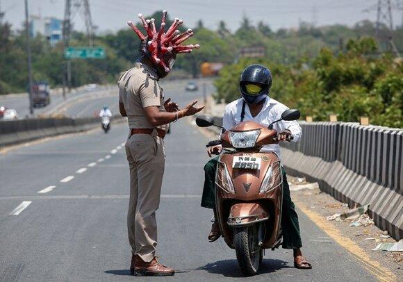 Priminimas nesilaikantiems karantino: Indijos policininkas sukūrė koronaviruso šalmą