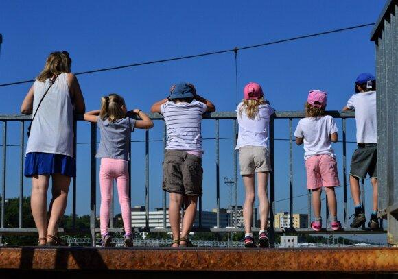 Su vaikais stebime traukinius, prieš išvyką į Nidą