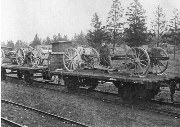 77 mm kalibro 96 N. A modelio lauko patrankos, Lietuvos kariuomenes atimtos iš bermontininkŲ Radviliškio geležinkelio stotyje. 1919 m. VDKM