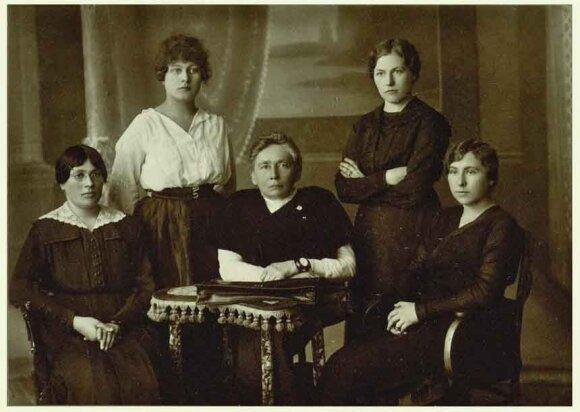 Gabrielė Petkevičaitė (centre), Ona Muraškaitė-Račiukaitienė (antra iš kairės), Emilija Spudaitė-Gvildienė, Salomėja Stakauskaitė, Magdalena Draugelytė-Galdikienė.  Foto: Panevėžio kraštotyros muziejaus