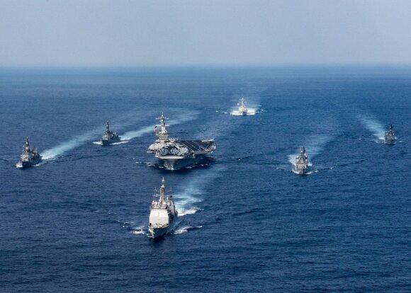 """JAV lėktuvnešis """"USS Carl Vinson"""" su palyda plaukai netoli Filipinų"""