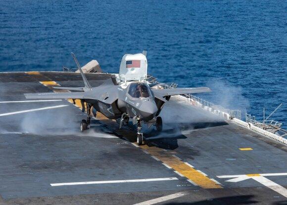F-35 naikintuvas kyla nuo lėktuvnešio