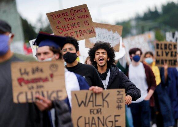 JAV profesorius – atvirai: prasidėjo kolektyvinė isterija, nukreipiamas dėmesys nuo tikrųjų juodaodžių problemų
