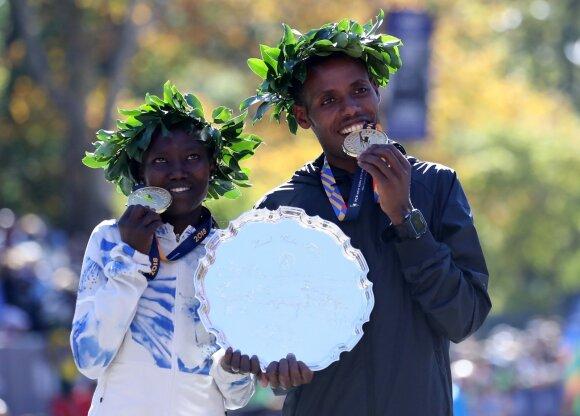 Niujorko maratono nugalėtojai Mary Keitany iš Kenijos ir Lelisa Desisa iš Etiopijos
