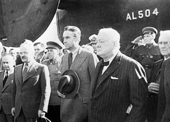 V. Čerčilis Maskvos oro uoste. Antras iš kairės – V. Molotovas, atvykęs pasitikti britų premjero.