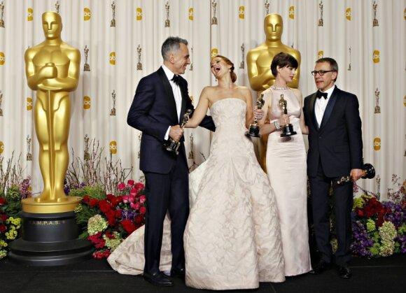"""Ant """"Oskarų"""" raudonojo kilimo dominavo senosios mokyklos spindesys ir blyškūs atspalviai"""