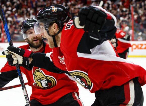 """Pergalingu įvarčiu džiaugiasi """"Ottawa Senators"""" žaidėjas Kyle'as Turrisas"""