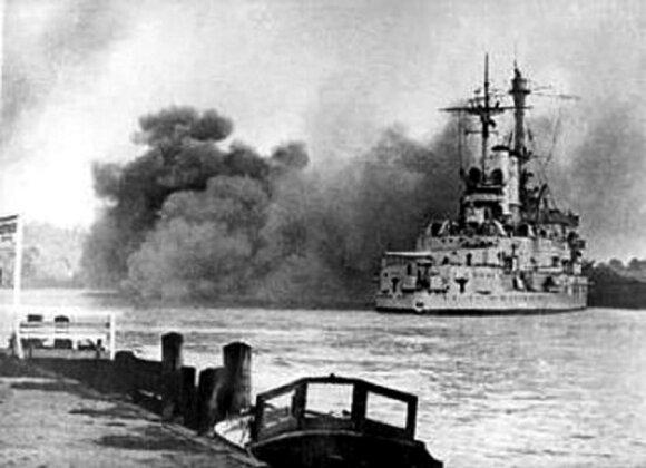 """Laivas """"Schleswig-Holstein"""", įplaukęs į Dancigo įlanką. Jo šūviais prasidėjo Antrasis pasaulinis karas. 1939 m. rugsėjo 1 d., leidyklos """"Briedis"""" nuotr."""
