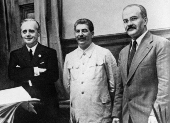 Pasirašius Molotovo–Ribbentropo paktą. Iš kairės: J. von Ribbentropas, J. Stalinas ir V. Molotovas