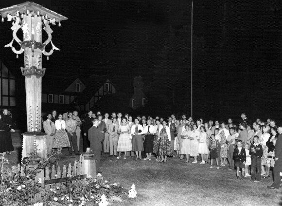 """LFB studijų savaitė Kennebunkporte, Maine valstijoje. Partizanų pagerbimo vakaras prie pranciškonų vienuolyno. Kalba prof. Juozas brazaitis. 1958 m. Iš knygos """"Ugninis stulpas"""", V. Maželio nuotr."""
