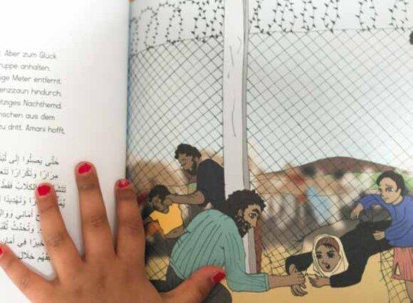 """Iliustracija iš brošiūros """"Ene, mene, muh – und raus bist du!"""" Atviros visuomenės akcentai: lakuoti nagučiai, tekstas vokiečių ir arabų kalbomis, pabėgėlių drama prie nuo kitų atsitveriančios valstybės sienos."""