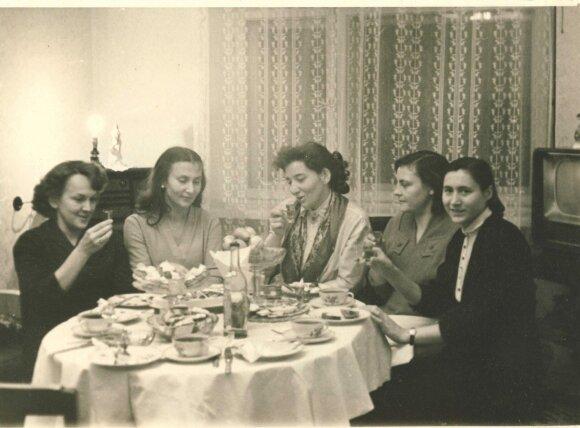 """""""Moters"""" redakcija priima svečius... Birutė Mackonytė (kairėje) šiltai atsiliepia apie koleges Onutę Poškaitienę (antra iš kairės), Aldoną Baltrūnienę (antra iš dešinės)"""