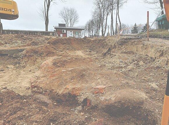 Kretingoje archeologai aptiko įspūdingų radinių: atkasė ir vienuolyno tvorą, ir koplyčios pamatus