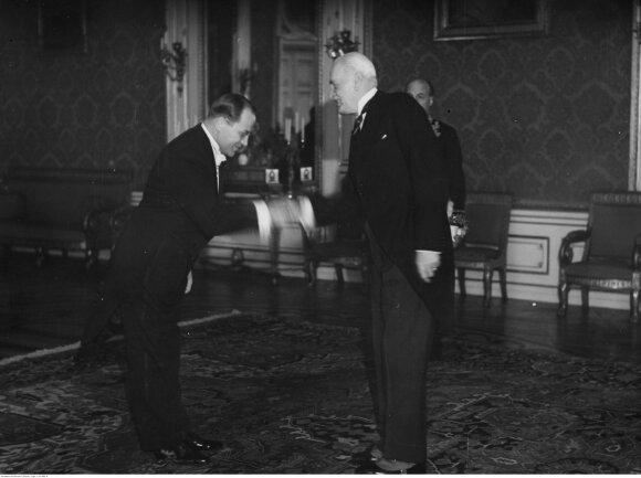 Lietuvos pasiuntinys įgaliotasis ministras Kazys Škirpa įteikia įgaliojimus Prezidentui Moscickui, 1938-03-31