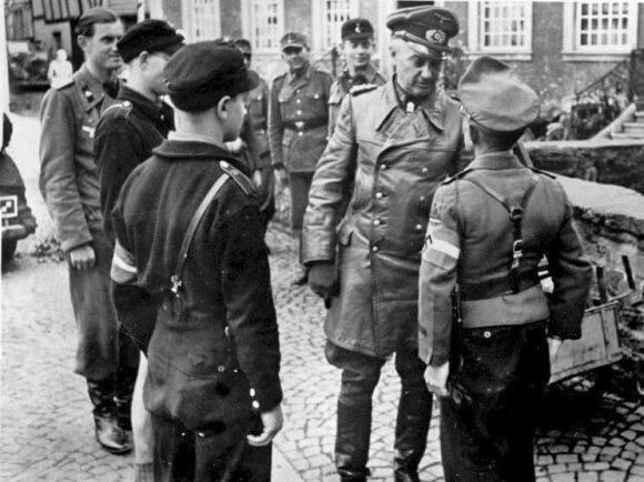 W. Modelis bendrauja su karo tarnybon mobilizuotais paaugliais iš Hitlerjugendo, 1944 m. pabaiga