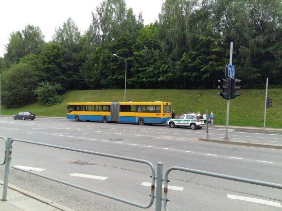 Staigiai stabdant autobusą keleivis patyrė galvos traumą