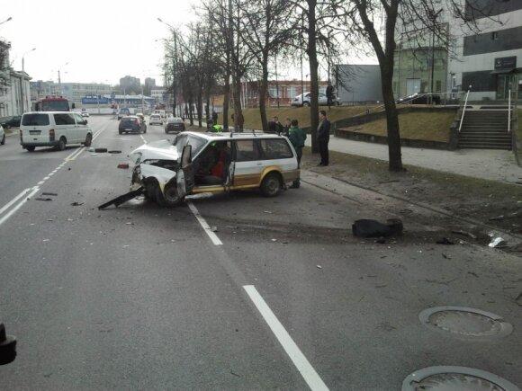 """""""Rover"""" nesuvaldęs vairuotojas trenkėsi į stulpą, po to – į medį"""