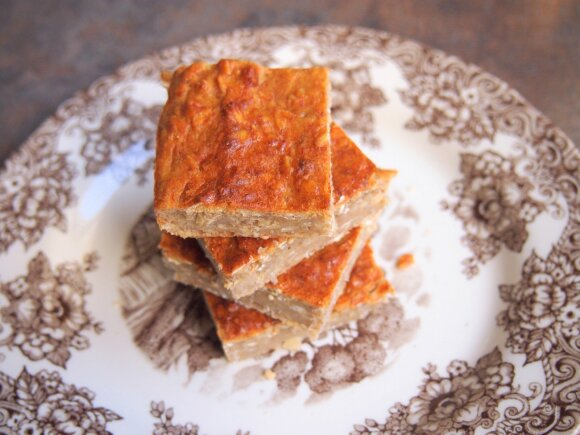 Avižnių dribsnių pyragas be cukraus. Foto / Lieknos bitės