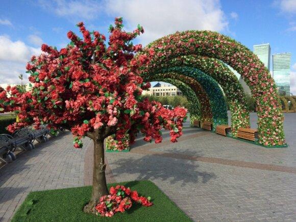 Dirbtinės gėlės prie Baiterek bokšto, Astana