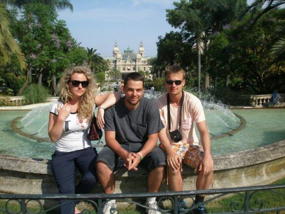 Prie Monte Karlo kazino Monake. Iš kairės-Otilija, Tomas, Justinas