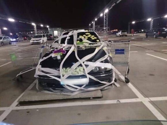 Lipniais lapeliais apklijuotas BMW automobilis