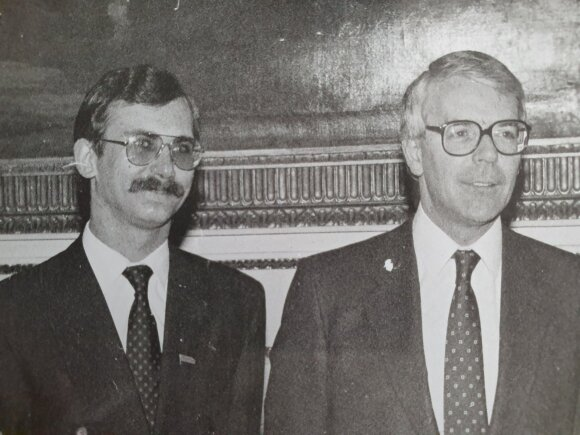 Su Jungtinės Karalystės premjeru Johnu Majoru (dešinėje)