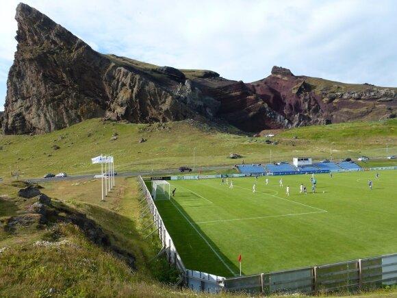 Futbolo stadionas Heimaėjaus saloje vos įsispraudžia tarp vulkaninės kilmės uolų (Extreme Football Tourism nuotr.)