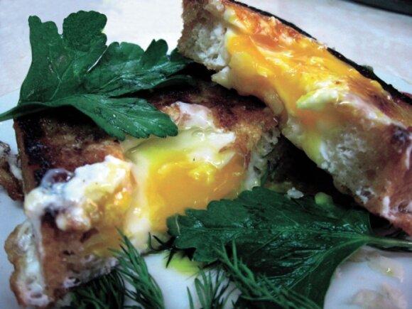 Duonoje įkepta kiaušinienė