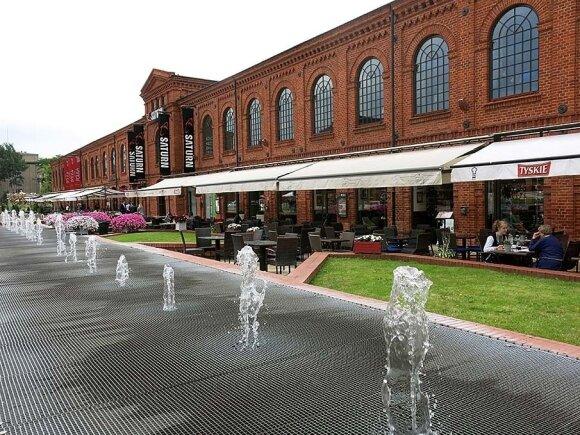 """Neįprastai ilgas Lodzės fontanas prie pramogų, kultūros ir prekybos centro """"Manufaktura"""" trykšta net žiemą"""