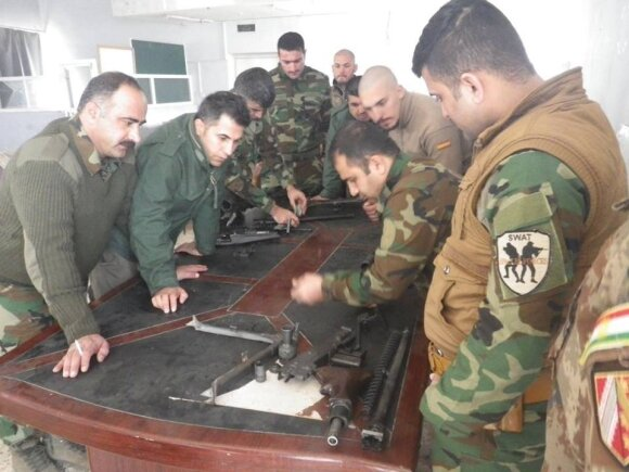 Užsieniečiai savanoriai, mokantys kurdus naudotis ginklais