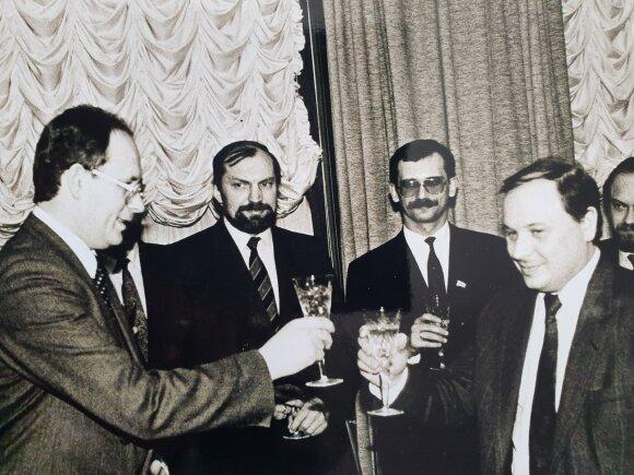 Po tarpvalstybinės sutarties tarp Lietuvos ir Rusijos Federacijos. Dešinėje – tuometis Rusijos premjeras Arkadijus Gaidaras
