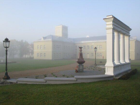Oginskio rūmų Rietave portiko kolonada ir paminklas M. K. Oginskiui ir jo palikuonims (skulpt. R. Midvikis)
