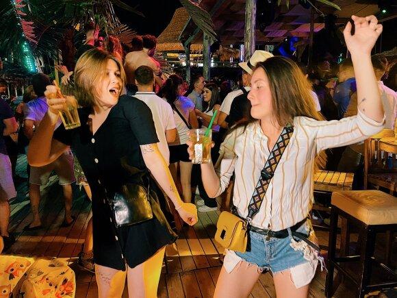 Skandalingasis Europos paplūdimys, kur naktinės pramogos neturi ribų: vakarėliai be taisyklių, kurortiniai romanai ir meilės ištroškę turistai