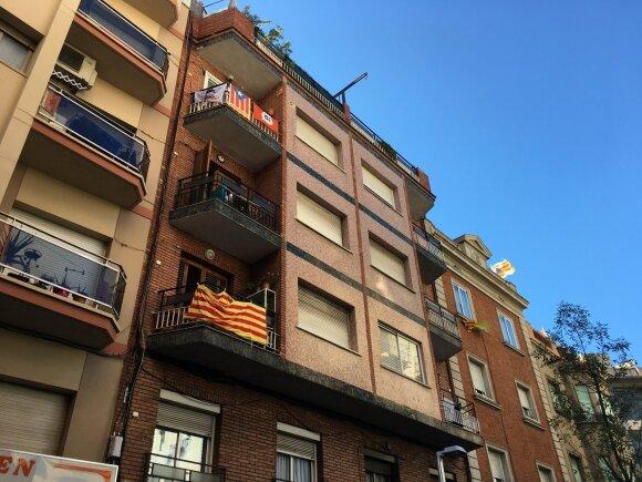 Katalonijos vėliavos namo Barselonoje balkonuose