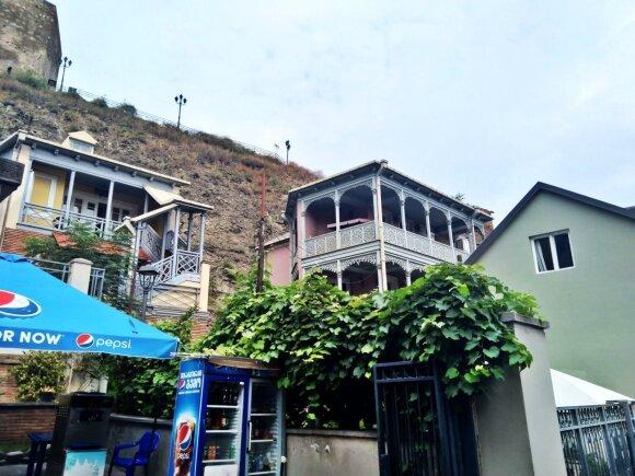 Tbilisis, kaip ir visa Gruzija, kalvotas, jame apstu kalnų, skardžių