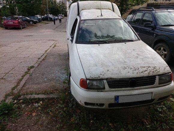 Kaunas dėl šiukšlėmis virtusių mašinų nesuka galvos – apleisti automobiliai tiesiog dingsta
